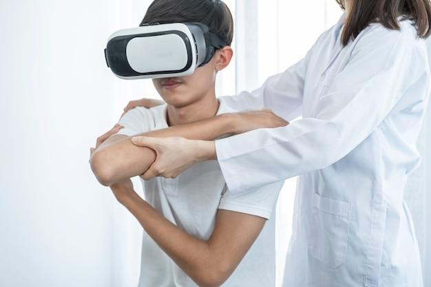 Pudełko vr z pacjentem mężczyzną, lekarzem kobietą wykonującą fizjoterapię poprzez wyciągnięcie ręki, koncepcja technologii pomogła poczuć się tak, jakby lekarz przyszedł leczyć w domu.