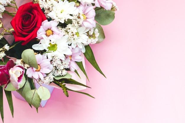 Pudełko w formie koperty z bukietem kwiatów