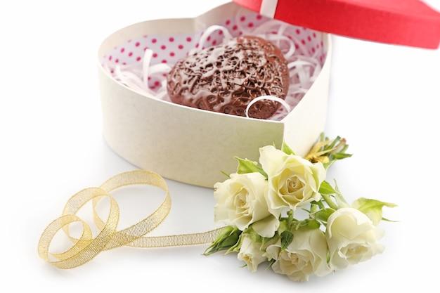 Pudełko w kształcie serca i cukierki z kwiatami, z bliska