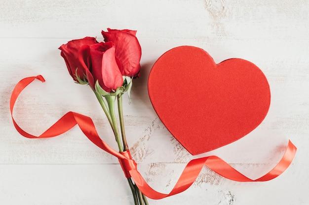Pudełko w kształcie serca i róże
