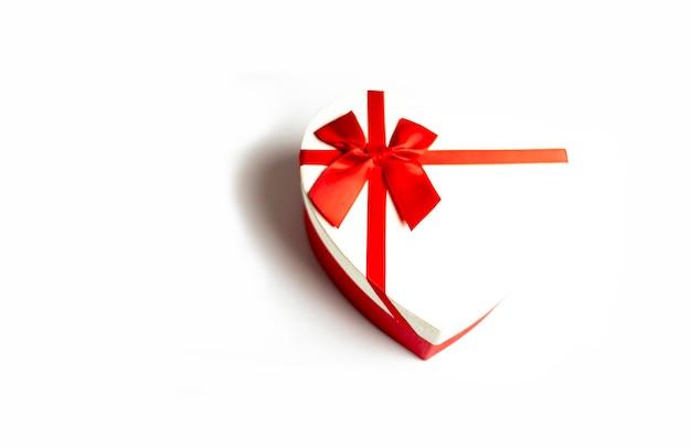 Pudełko w kształcie serca na białym tle