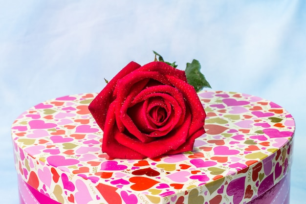 Pudełko w kształcie serca walentynki z czerwonymi różami