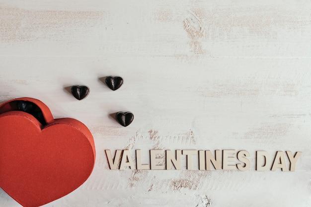 Pudełko w kształcie serca z czekoladkami i tekstem na walentynki