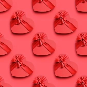 Pudełko w kształcie serca z czerwoną kokardą na czerwono. wzór. transparent.