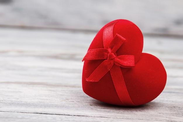 Pudełko w kształcie serca ze wstążką.