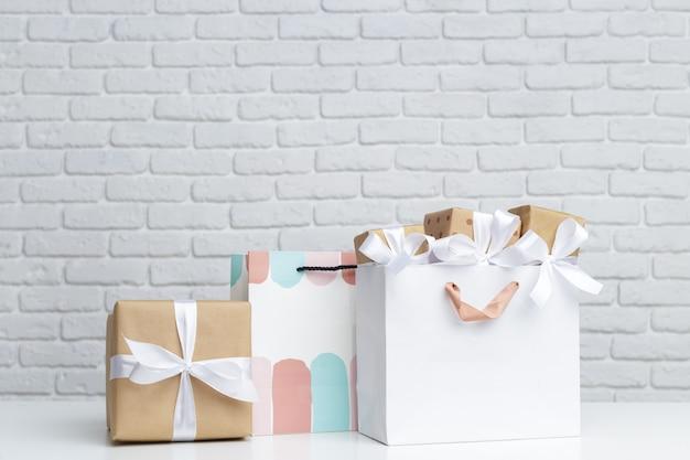 Pudełko w papierowej torbie na zakupy