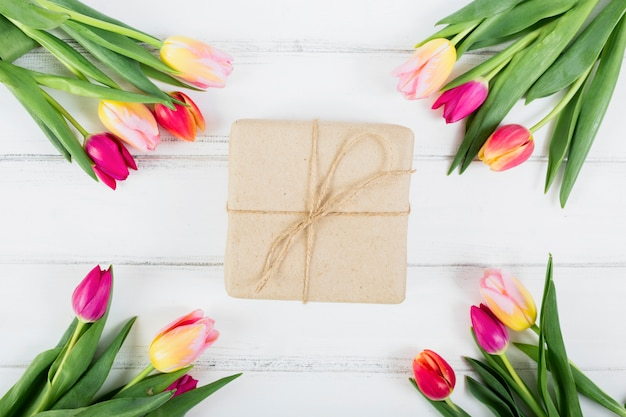 Pudełko wokół bukiecików tulipanów
