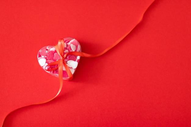 Pudełko wypełnione wielu różowe małe serca.