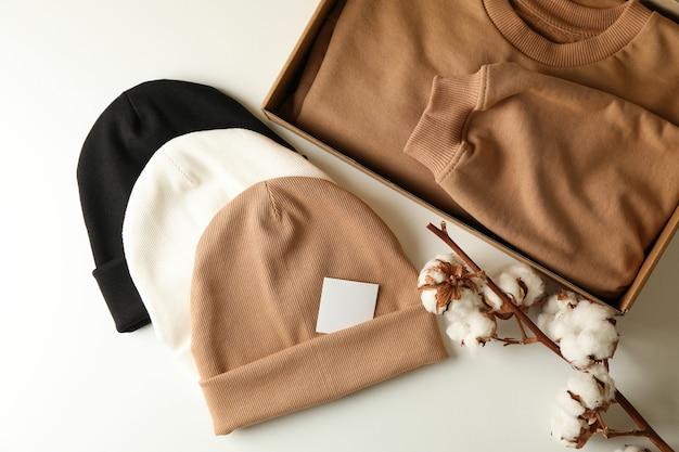 Pudełko z bluzą, czapkami i bawełną