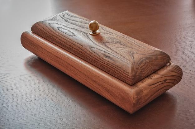 Pudełko z buku na drewnianym stole.
