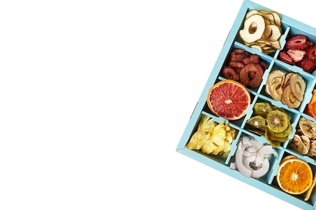 Pudełko z chipsami z suszonych owoców na białym tle,