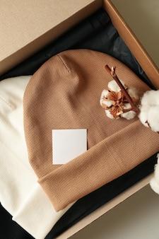 Pudełko z czapkami i bawełną