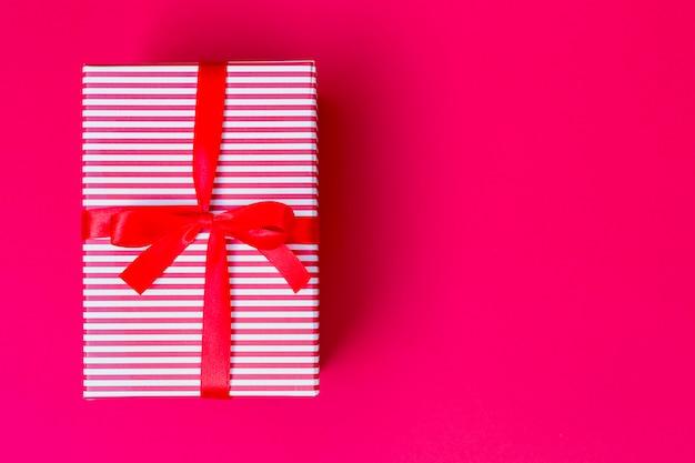 Pudełko z czerwoną wstążką na stole