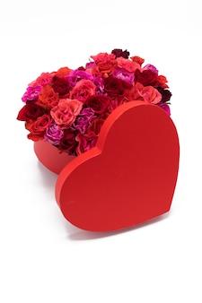 Pudełko z czerwonym sercem wypełnione różami