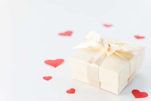 Pudełko z czerwonymi sercami na walentynki