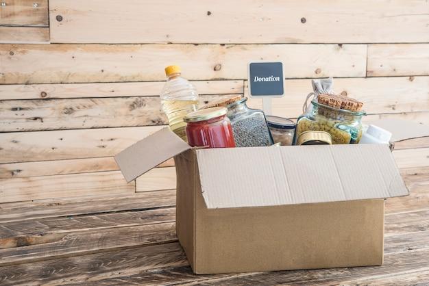 Pudełko z darowiznami żywności, ubrań i lekarstw dla ofiar