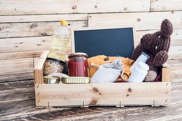 Pudełko z darowiznami żywności, ubrań i lekarstw dla podopiecznych