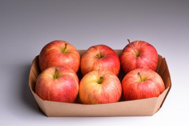 Pudełko z dojrzałymi czerwonymi jabłkami świeże czerwone jabłka z targu