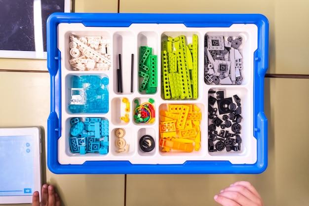 Pudełko z elementami do tworzenia robotów z programowalnymi blokami lego wedo.