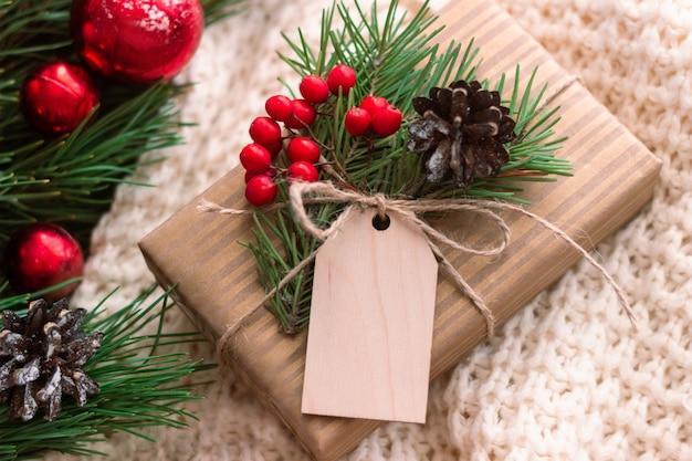 Pudełko z gałązką jodły pusty formularz na powitanie świąteczny tekst ozdoby sylwestrowe