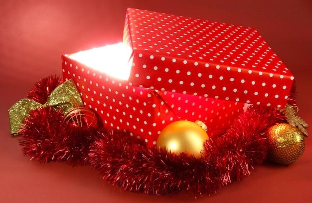 Pudełko z jasnym światłem na czerwonym tle