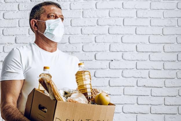 Pudełko z jedzeniem dla osób cierpiących na konsekwencje pandemii koronawirusa