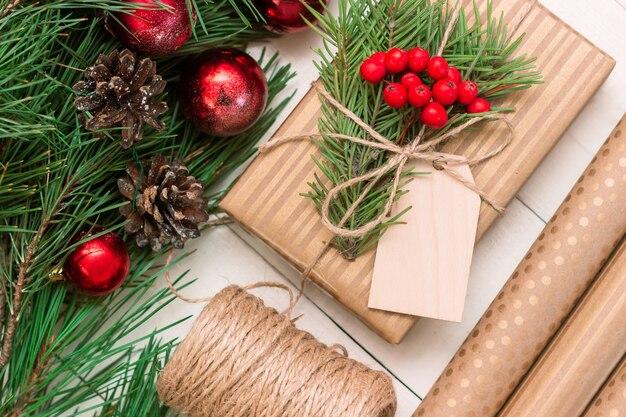 Pudełko z jemiołą, drewnianą pustą formą na tekst powitalny, opakowanie rzemieślnicze, ozdoby świąteczne