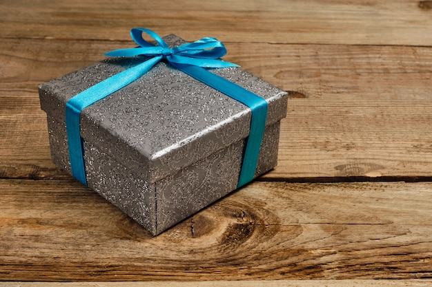 Pudełko z niebieską wstążką