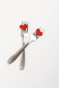 Pudełko z piękną czerwoną wstążką i różą, pojęcie walentynek, rocznicę, dzień matki i powitanie urodzinowe, copyspace