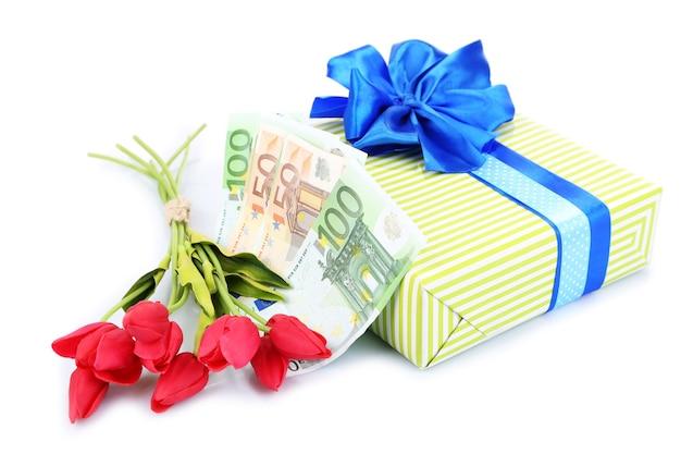 Pudełko z pieniędzmi i kwiatami na białym tle na białej powierzchni