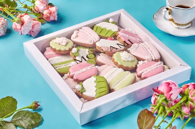 Pudełko z piernikowymi ciasteczkami filiżanka kawy i róż
