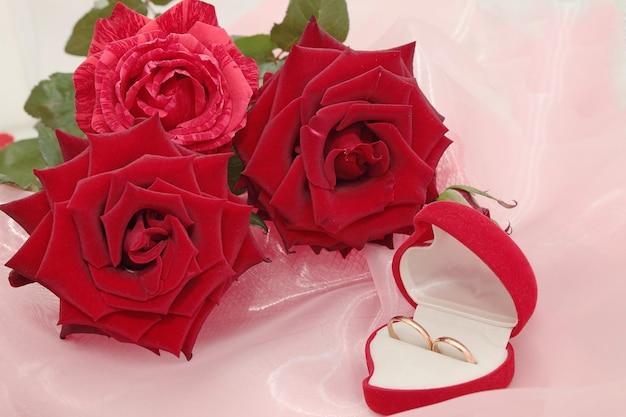 Pudełko z pierścieniami czerwonych róż