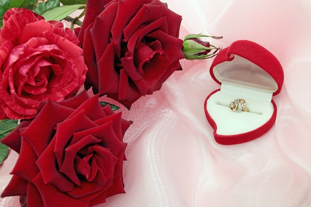 Pudełko z pierścieniem czerwonych róż
