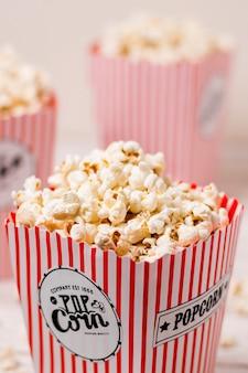 Pudełko z popcornem wypełnionym słonym puszystym popcornem