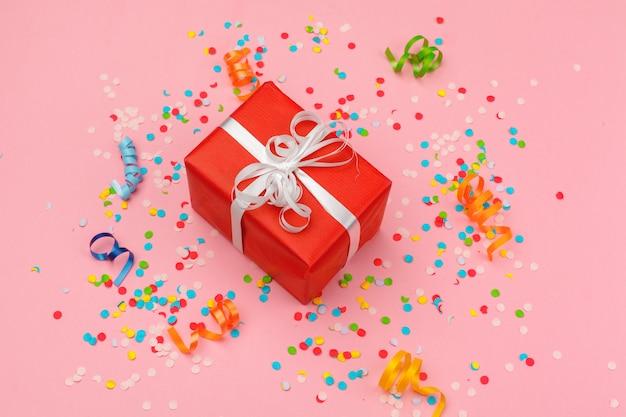 Pudełko Z Różnymi Konfetti Na Przyjęcie, Serpentyny I Dekoracje Premium Zdjęcia