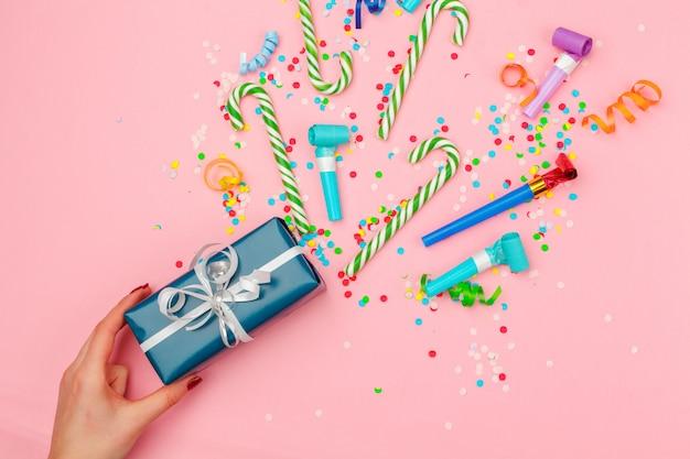 Pudełko z różnymi konfetti na przyjęcie, serpentyny i dekoracje