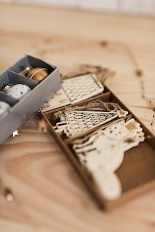 Pudełko z różnymi ozdobami choinkowymi na choinkę
