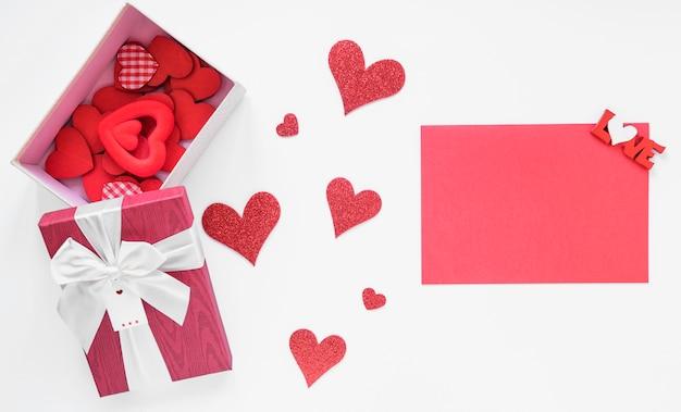 Pudełko z różnymi sercami i różowym papierem
