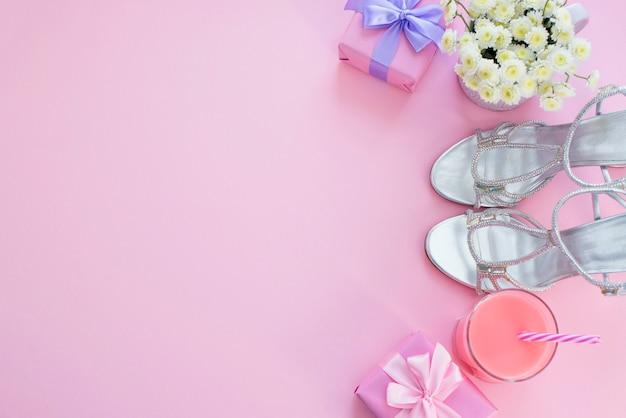 Pudełko z satynową kokardką dla kobiet kwiaty kup buty ze szklanką koktajlu.