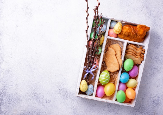 Pudełko z wielkanocnymi ciasteczkami i jajkami