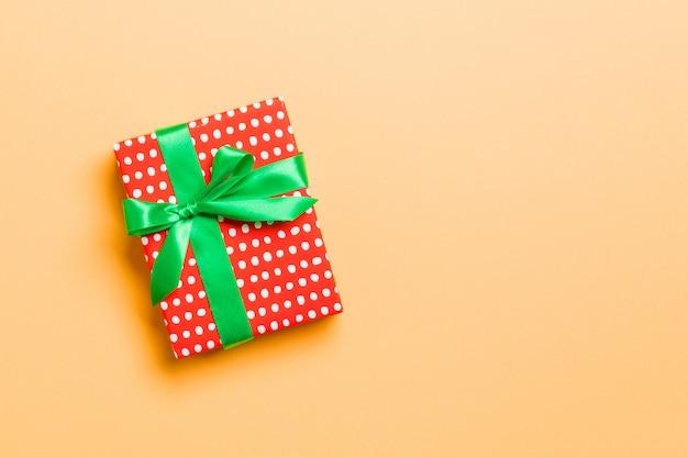 Pudełko z zieloną kokardą na boże narodzenie lub nowy rok, widok z góry