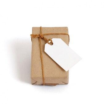 Pudełko Zapakowane W Brązowy Papier Z Recyklingu I Wiązaną Linę Workową Z Etykietą Premium Zdjęcia