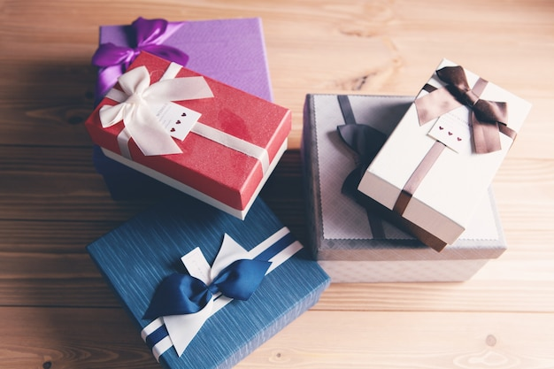 Pudełko zapakowane w papier pakowy i kokardkę