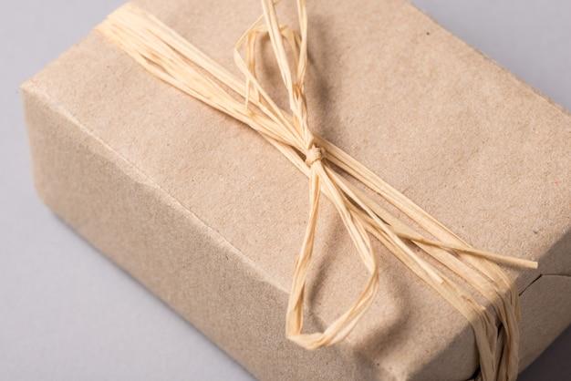 Pudełko zapakowane w prezent, opakowanie ekologiczne z recyklingu