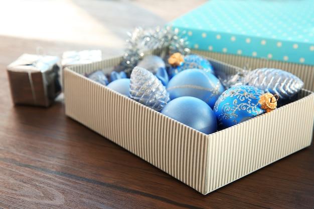 Pudełko ze świątecznymi zabawkami na stole
