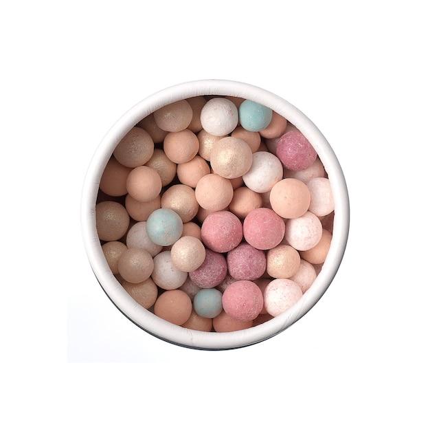 Puder brązujących pereł na białym tle
