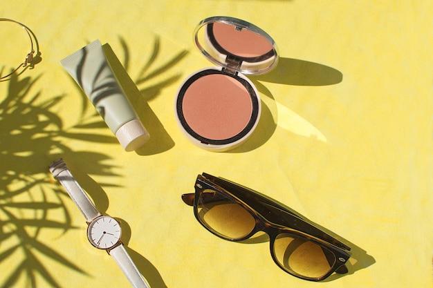 Puder do twarzy foundation blush watch okulary przeciwsłoneczne bransoletka flat lay
