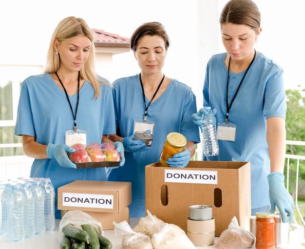 Pudła na cele charytatywne są przygotowywane do darowizn