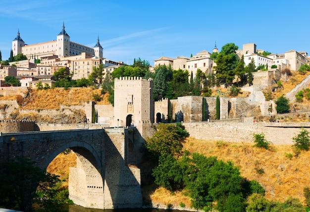 Puente de alcantara w toledo. hiszpania