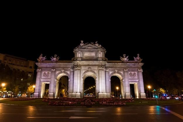 Puerta de alcala (brama alcala) na plaza de la independencia (plac niepodległości) w madrycie, hiszpania.